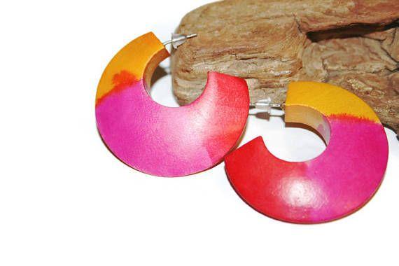 Brincos de madeira em laranja rosa e vermelho, brincos de madeira manchada, brincos de meia árvore, insígnias africanas, moda ecológica dos anos setenta