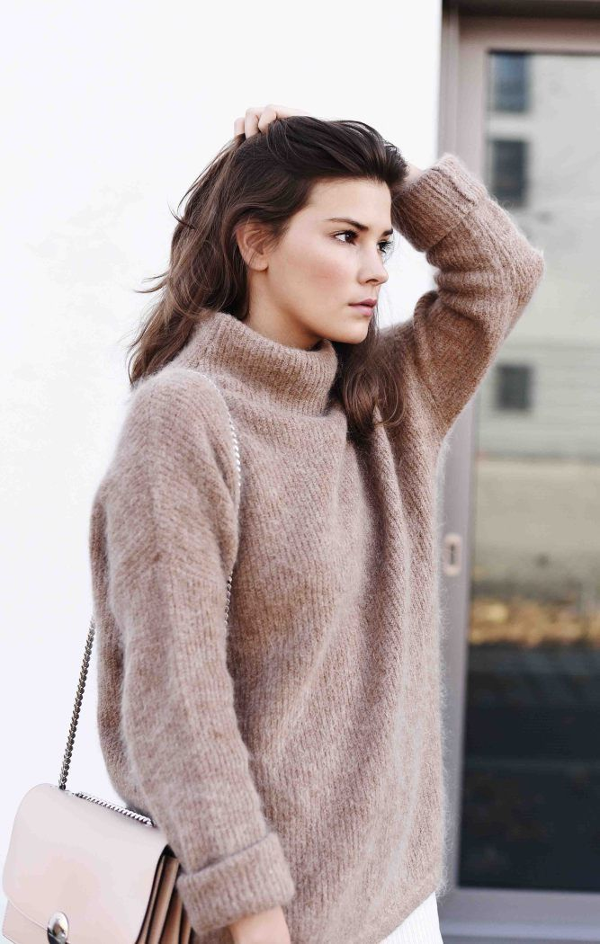 Munich blogger @fashiioncarpet keeps cozy in a fuzzy camel-colored H&M turtleneck sweater. | H&M OOTD