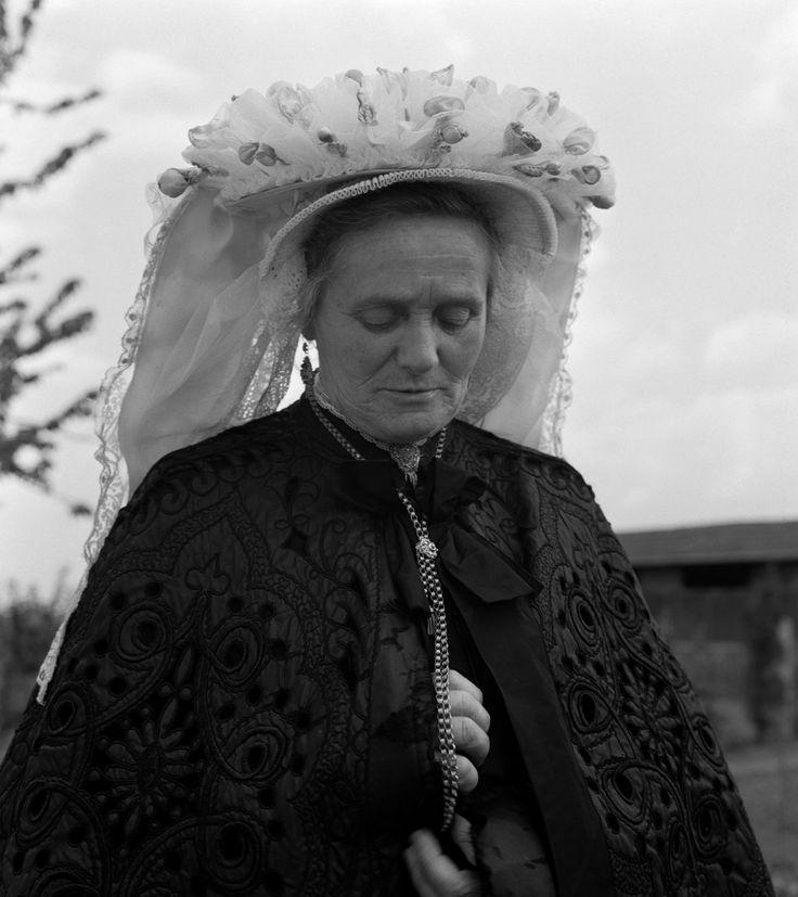 Vrouw in klederdracht met toer-muts, Venray (1950-1960) fotograaf:…