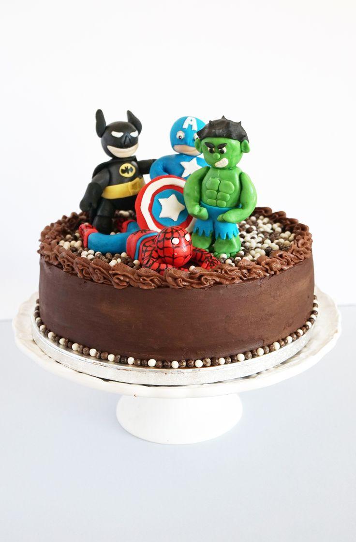 La tarta está formada por dos bizcochos de vainilla, relleno y cubierto de ganaché de chocolate.   Los personajes son los superhéroes favoritos del cumpleañero. Están Batman y Hulk, jun...