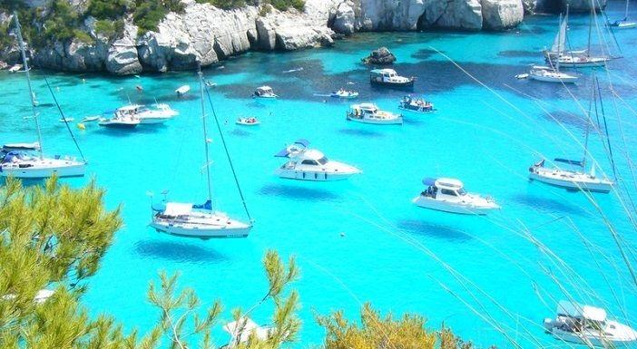 透明すぎる海、そして宙に浮かぶ船!?スペインの『メノルカ島』が美しい