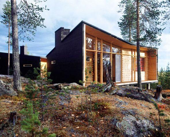 Direction la région boréale européenne pour découvrir cette charmante villa composée d'un espace de vie, d'un sauna et d'un hangar à bois. Comme si elle défiait les intempéries de Laponie, l'habitation inspire confort et chaleur, entre bois sombre pour l'enveloppe extérieure et bois clair pour l'intérieur.      Les larges fenêtres et la terrasse viennent ponctuer cette construction et apporter lumière et vues dégagées sur la nature environnante.