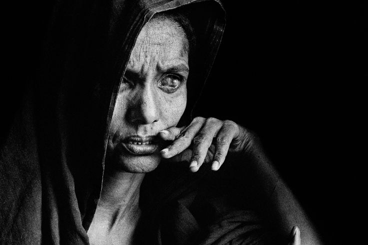 """""""Sebastião Salgado foi e é um viajante. Nas suas incursões pelo nordeste do Brasil e por vários países da África, retrata a devastadora realidade: miséria, fome, violência. Mas, como todo grande mestre, converte dor em arte. Fotos que a princípio poderiam abrigar um olhar estritamente jornalístico, são, antes de qualquer outra coisa, belas."""""""