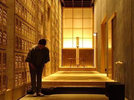 東京・大手町の高級旅館「星のや東京」。宿泊客は玄関で靴を脱いで総畳敷きの館内へ進む(7月15日、山沢義徳撮影)