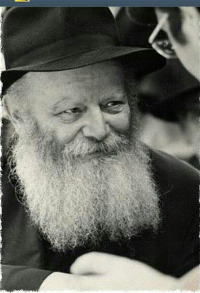 """La proclamación máxima de la fe judía es, sin duda: Shmá Israel, Ado-nai E-loheinu, Ado-nai Ejad, traducido ligeramente como """"Oye Israel, D-os es nuestro D-os; D-os es uno"""". Se la encuentra escrita en la Mezuzá como también en los Tefilín. Hay obligación de pronunciarla dos veces al día, una vez por la mañana y otra vez por la noche. Millones de judíos, a lo largo de la historia, se despidieron de este mundo con estas palabras en sus labios.  Veamos algunos aspectos de la misma.  El origen…"""