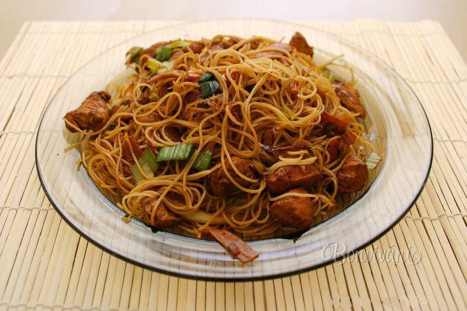 Opekané ryžové rezance s kuracím mäsom • recept • bonvivani.sk