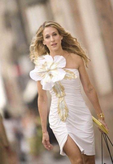 Abito bianco con fiore di Carrie