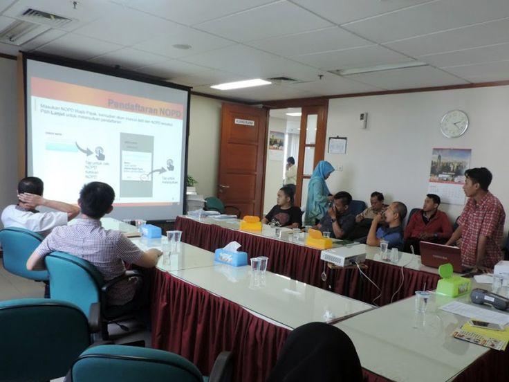 Tim petugas dari e-POS sedang menjelaskan tata cara alat e-POS terhadap Wajib Pajak