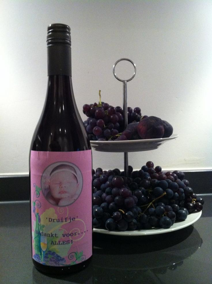 """Met de """"sappan"""" druivensap maken van de druiven uit de tuin. Oude wijnfles vullen, etiket printen; cadeautje!"""