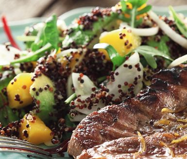 Ett snabblagat och utsökt recept på ljummen quinoasallad. Du gör den nyttiga salladen av bland annat quinoa, avokado, fänkål, rödlök, mango och ruccola. Passar utmärkt att servera till kött.
