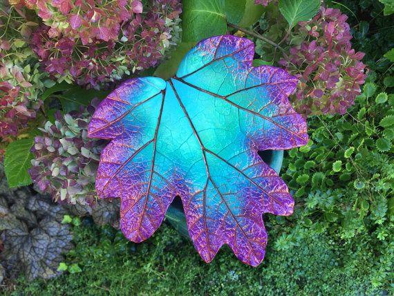 Dieses herrliche Blatt würde einen attraktiven Akzent zu jedem Garten machen. Die Petrol und lila Farben würde unter allen Garten Farbpaletten sehr schön aussehen. Es kann angezeigt werden, ruht auf einem Stein oder einem alten Baumstumpf oder wie abgebildet hier, unter den Pflanzen neben einem Weg! Zeigen Sie sie mit Stauden, wie sie beenden Blüte die Pop der Farbe lange fortsetzen, nachdem die Blüten verblasst sind. Möchten Sie auf dem Achterdeck oder Terrasse zu unterhalten? Diese…