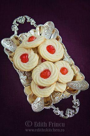 Fursecuri cu cirese confiate fragede si aromate, elegante, numai bune pentru o petrecere.