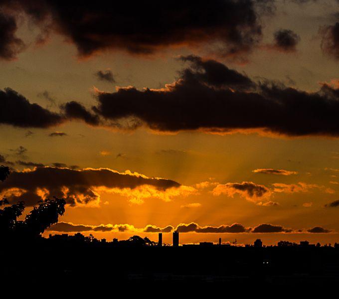 Foto: Antônio Froes/Flickr Praça Por Do Sol, São Paulo, SP. O pôr do sol está até no nome da praça: durante esse período do dia, várias pessoas se juntam no espaço para assistir de um ângulo ótimo a descida do sol em meio aos prédios.