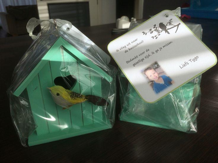Afscheid kado juffen Een vogelhuisje ( met vogeltje, zelf op gedaan) met de tekst: ik vlieg uit naar de basisschool. Bedankt voor de gezellige tijd. Ik ga je missen.