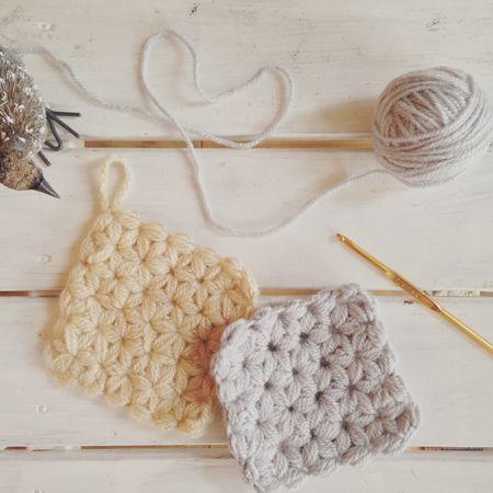 ついつい家に籠りがちな冬は、普段手の回らない部分のお掃除に時間をかけるチャンスでもあります。そんな時に活躍するのが、洗剤を使わなくてもきちんと汚れが落とせるエコたわし。アクリル素材の毛糸で編むアクリルたわしは、色やデザインを工夫しながら誰でも簡単に手作りできるので、ハンドメイド初心者さんにもオススメです。今回は、年末の大掃除にもぜひ使いたいエコたわしの作り方や編み図、可愛いデザインアイデアなどをご紹介します。