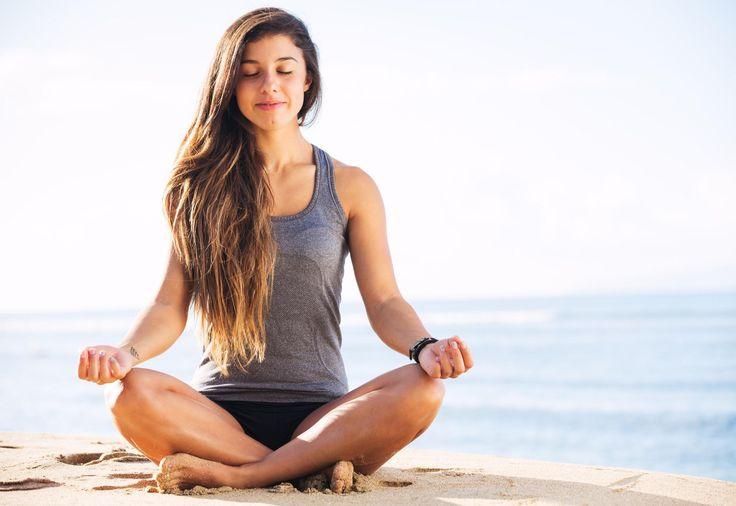 """Du bist nicht zufrieden mit deinen Brüsten, weil sie hängen oder """"aus der Form"""" sind? Dann probiere doch diese 7 Yoga-Übungen, die besonders effektiv für deinen Busen sind."""