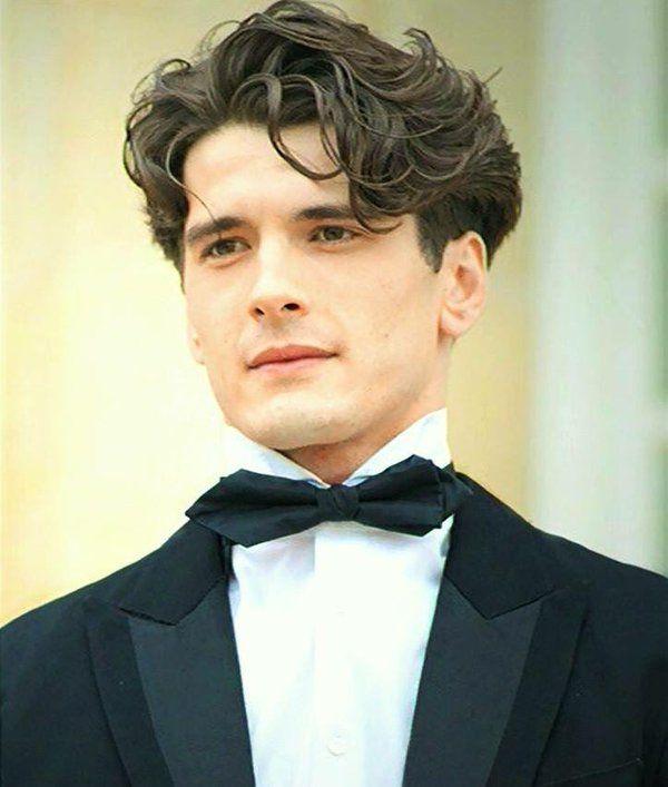 Yon González as Julio in Gran Hotel.