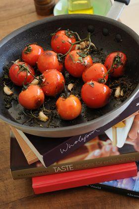 Tomates quemados con aceto y azúcar negra de Juliana Lopez May