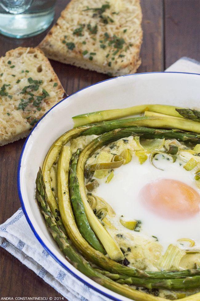 Un mic dejun cu stil: oua la cuptor in sos cremos de praz, cu sparanghel si lamaie