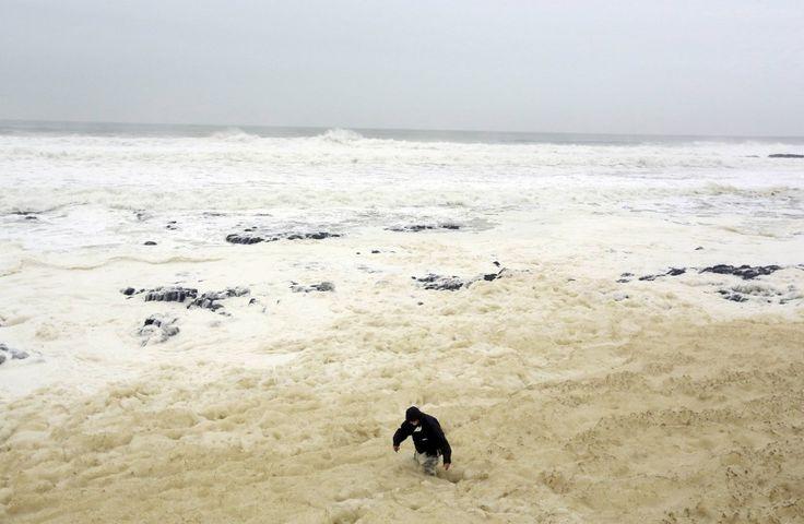 In Irlanda, le spiagge di Portsewart sono state invase da una schiuma bianca causata dal dissolversi di materiale organico agitato dall'infrangersi delle onde sulla riva.