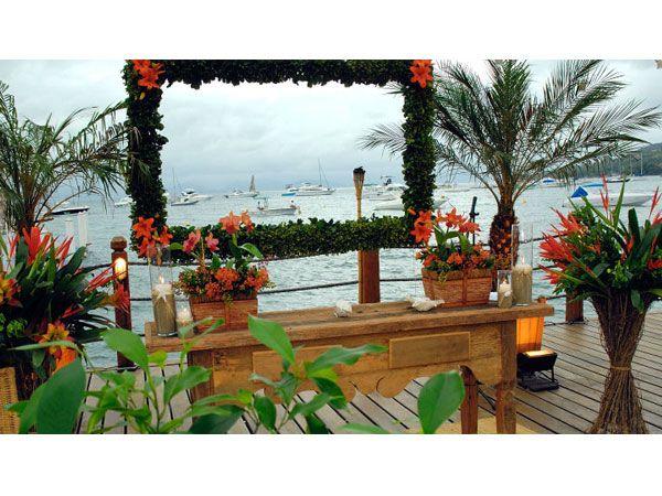 Decoração tropical para casamento na praia