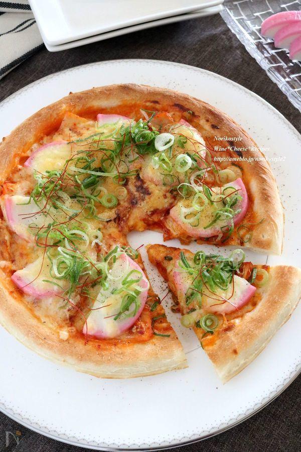 おせちで余ったかまぼこをアレンジ♪市販のピザ生地を使用して簡単に作ります。キムチとチーズ・かまぼこで皆が好きな味に!
