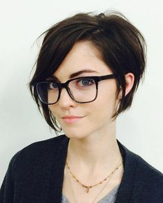 coupe carré asymétrique, lunettes modernes et un teint pâle