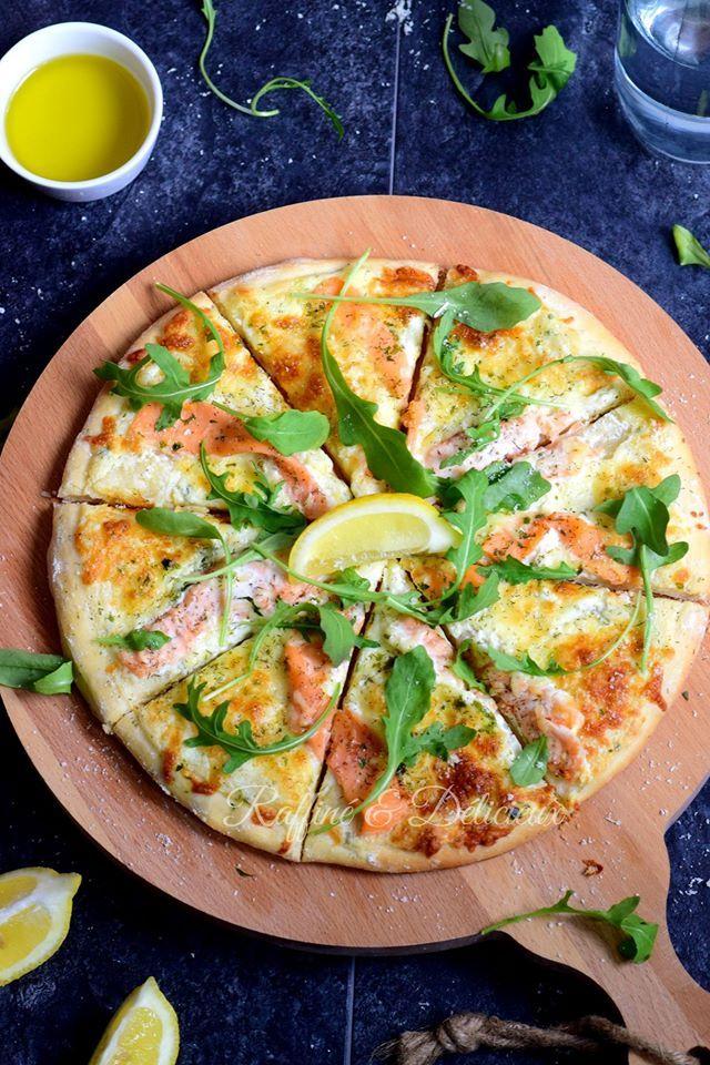 Ciaaaaaaao Amici ^^ J'avais une folle envie de pizza maison pour ce midi, et vu que j'avais du saumon fumé au réfrigérateur, je suis donc parti sur une garniture au saumon, j'ai v…