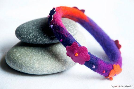 handgefertigte Feltbracelet mit Lederdetails von synopsishandmades