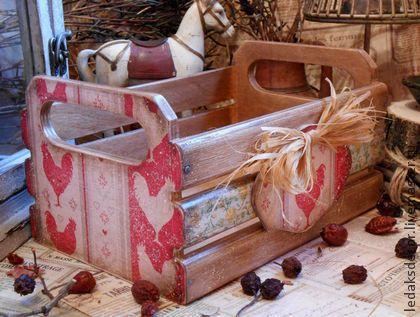 Ящик для кухни Дачник. Небольшой ящичек в деревенском стиле,в котором уютно расположатся пакетики с пряностями,баночки со специями или в нём можно хранить лук,чеснок...  Декорирован в технике декупаж,искусственно состарен.