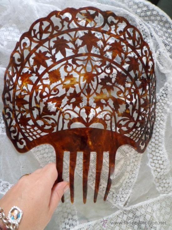 Grandísima y bella peineta antigua de baquelina, con precioso detalle en muy buen estado