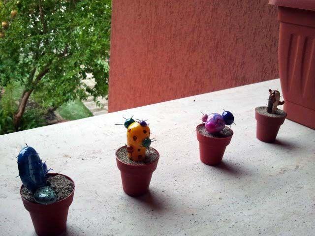 Mini cactus en porcelana fría.
