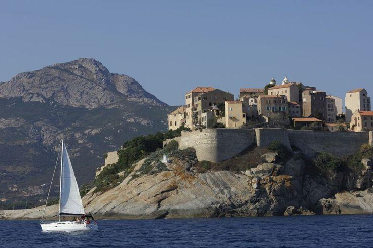 """""""Corsica heeft historische banden met Italie, hoort bij Frankrijk, maar hecht veel waarde aan de eigen cultuur en tradities. Het eiland trekt veel toeristen, maar die komen meestal niet verder dan de kust en Ajaccio. In het onaangetaste bergachtige binnenland is de ziel van het echte Corsica te vinden.""""   De 20 plaatsen die je volgens National Geographic in 2015 moet zien - Top 10 - Reizen - KnackWeekend.be"""
