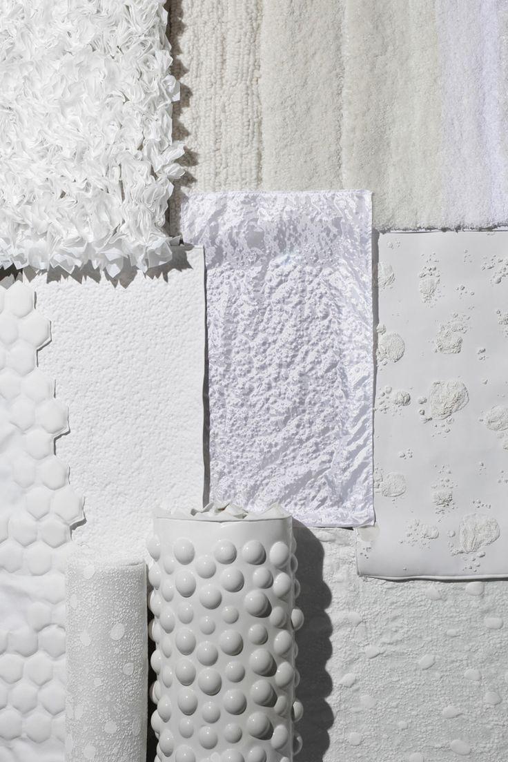 Bori Kovacs – Please Do touch – 2015.  Et si la couleur et le motif n'existaient plus ? À une époque submergée par le tout visuel, la designer Bori Kovacs prend le contre-pied et crée des matériaux exclusivement tactiles (destinés par exemple à la décoration). Cherchant à nous reconnecter à la matérialité des choses, elle étudie et s'inspire de la nature qui nous entoure pour réaliser des matières qui nous incitent à toucher. Sans couleur, sans ornement graphique et sans forme, la matière se…