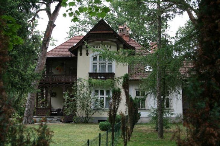 """Willa """"Rusałka"""" w Konstancinie Jeziornej została zbudowana w 1911 r. dla Stefana i Anieli z Olszewskich Grandenbergów przez Bronisława Colonna-Czosnowskiego. W 1920 r. stała się własnością Walentego i Heleny Wrześniewskich, a następnie w 1939 r. Henryka i Jadwigi Lipińskich. W czasie okupacji budynek zajęło Gestapo, a po 1945 r. przejął Skarb Państwa."""