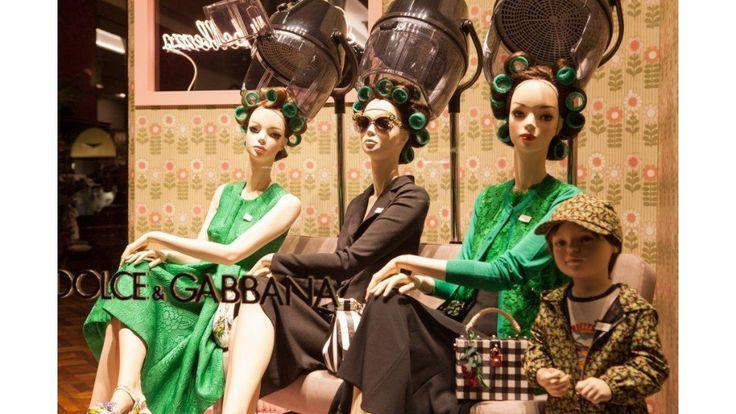 Taglio e piega. Colori brillanti per una vetrina che sembra affacciarsi sugli anni '50. (negozio: Dolce & Gabbana - Milano)