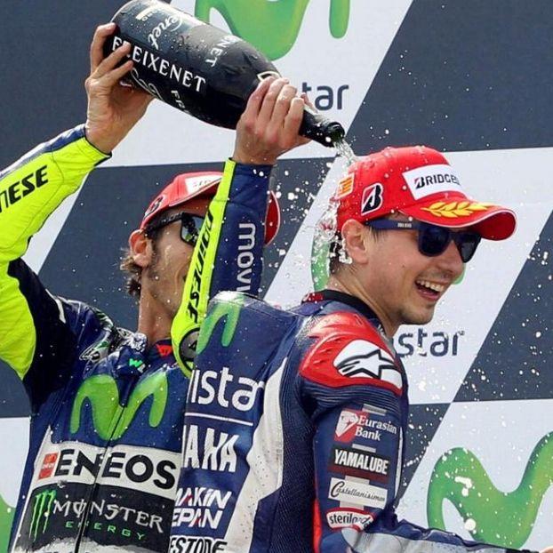 Valentino #Rossi festeggia Jorge #Lorenzo vincitore del #GpSpagna #Aragon