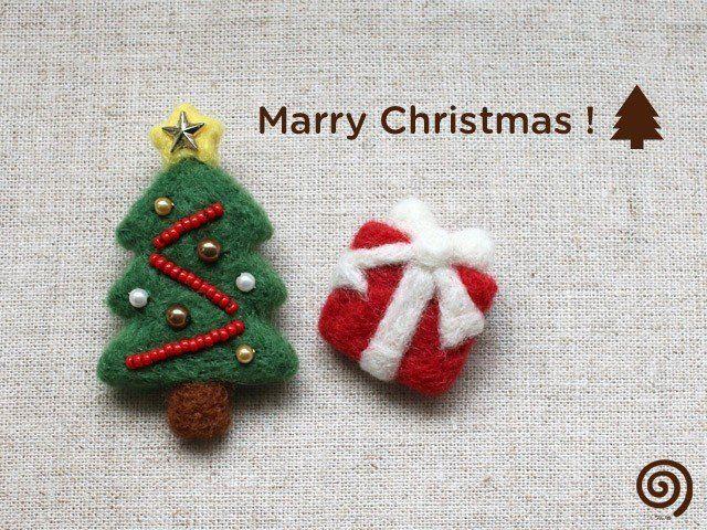 羊毛フェルトとビーズで作ったブローチです。 クリスマスツリーとプレゼントボックスの2個セットになります。 ツリーは、ニードルで仕上げたあと、 糸でビーズをひとつずつ縫い付けました。 星のパーツもちょっぴりアクセントです。 洋服の胸元やバッグ、帽子などに付けて クリスマス気分を盛り上げていただけたらうれしいです。 【サイズ】 ツリー:H 約5.8cm × W 約3.5cm プレゼント:H 約3.0cm × W 約2.7cm 【素材】 羊毛フェルト、ビーズ、プラパーツ、ブローチピン *受注生産品になります。 お支払い確認後から10日以内に制作&発送させて頂いております。 ご注文が重なるなどして遅れる場合には別途ご連絡差し上げます。 ひとつひとつ丁寧に仕上げておりますが、若干の個体差が見られる場合があります。 ご理解いただいた上、ハンドメイド商品の特徴としてお楽しみ下さい。 検索ワード:クリスマス Xmas X'mas クリスマスツリー ツリー プレゼント 贈り物 木 もみの木 リボン 羊毛フェルト ブローチ 冬 ホワイト 白 グリーン 緑 レッド 赤...