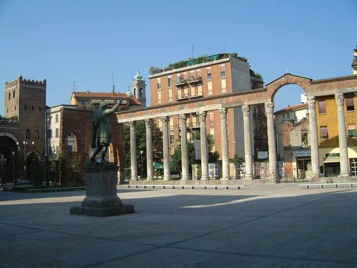 """Colonne di San Lorenzo, Milano. Impossibile non trascorrere le serate estive qui, con una birra ghiacciata tra le mani e """"BECK'S MAN""""!"""