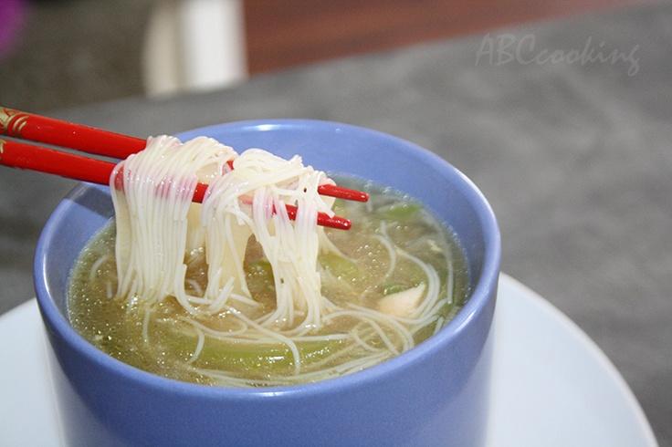 Луковый суп с рисовой лапшой и курицей