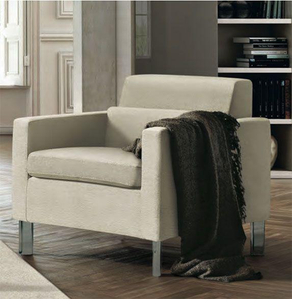 Poltrona modello Libra by FEBAL CASA. Il design è essenziale; il poggiareni rende la seduta perfetta per il relax da salotto. È più di una poltrona, è comoda come un divano ad un posto.