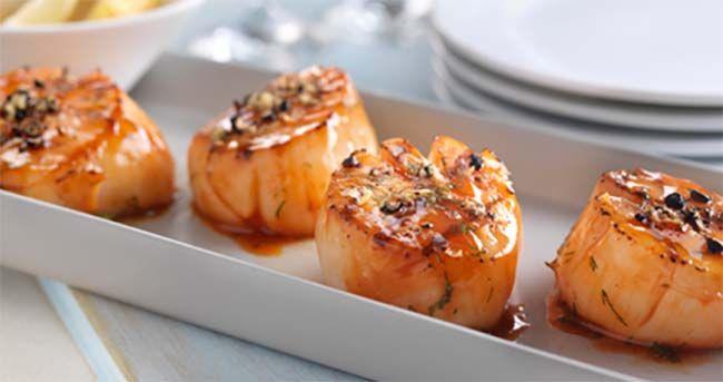 Servez cet élégant plat de pétoncles grillés et pimentés en guise de hors-d'œuvre, ou servez-le tout simplement avec des pâtes aux légumes en guise de plat principal.