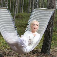 Loom hammock made partly by recycled plastic and I, kangaspuilla osin kierrätysmuovista kudottu riippukeinu ja minä.