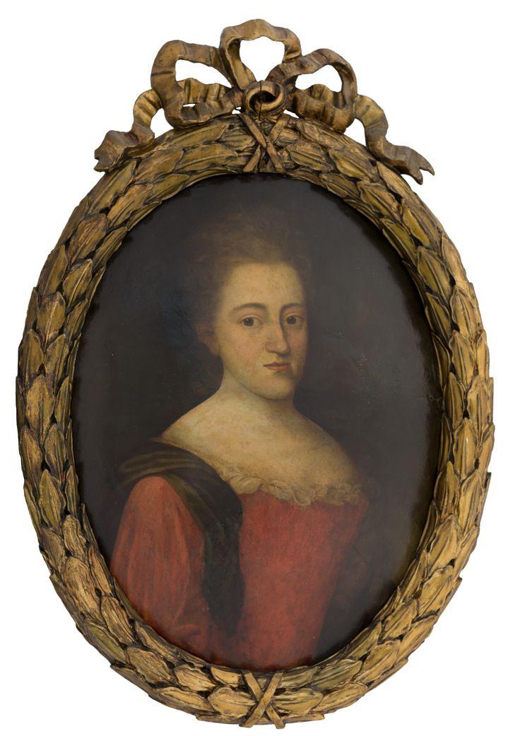 Portret epitafijny kobiety z połowy XVIII w. Nie znamy jej imienia, nic nie wiemy o jej życiu ani o tym, jak odeszła i kto zlecił namalowanie obrazu. Ukazuje się nam poza czasem, zatrzymana w sztywnej, portretowej pozie – w pustce jednolitego tła, w którym nikną jej włosy. I choć to nie dzieło wybitnego malarza – czerwień gorsetu wywołuje żywsze uczucia, podobnie jak bliki w jej smutnych oczach.