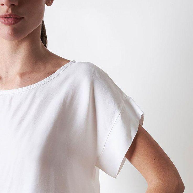 Las mil maneras de llevar una blusa blanca. Sus infinitas combinaciones y ese aire fresco y elegante que nos encanta 😍 ¡Encuentra ésta y más en nuestra #nuevacoleccion! #algobonito #algobonitoonline #new #white #moda #fashion #instafashion #tiendaonline #basicos