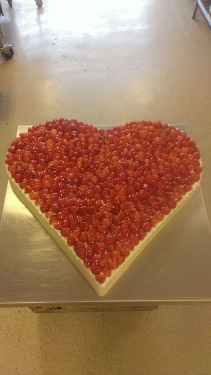 Originele bruidstaart in de vorm van een hart gemaakt van o.a. heerlijke verse aardbeien en chocolade