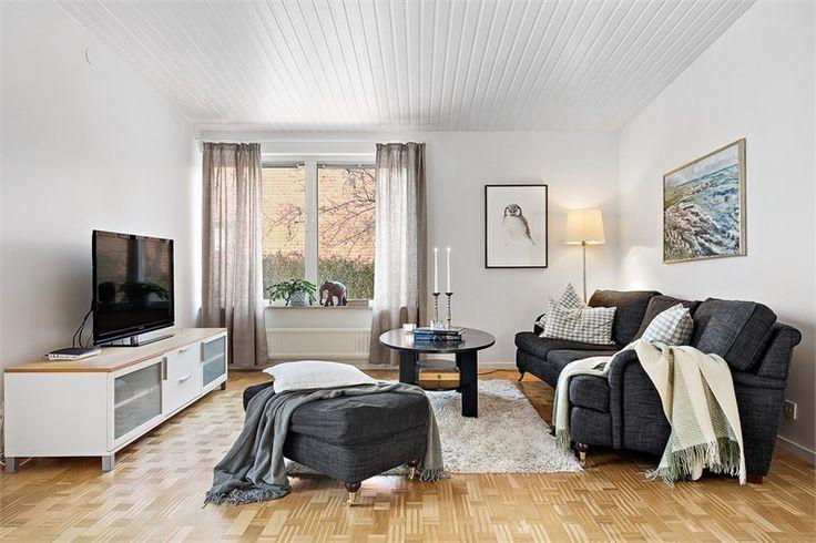 Fantastiskt trevlig villa! 60-tal när det är som bäst, gediget, arkitektoniskt genomtänkt, och lättskött, allt i varsamt renoverat skick till ett idag mycket gott skick både in- som utvändigt. 250 mycket användbara kvadratmeter rymmer bl.a genomgående fina naturmaterial, 5-6 sovrum, generösa sällskapsytor, öppen spis, nytt kök, bastu, stort garage i huset, soliga utepl...