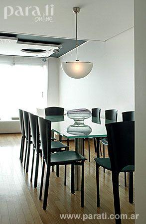 El comedor tiene una mesa con tapa de vidrio incoloro de 20 mm y ...