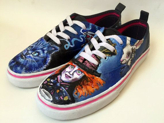 Scarpe di tela dipinta a mano tema di Alice di MidnightMisschief