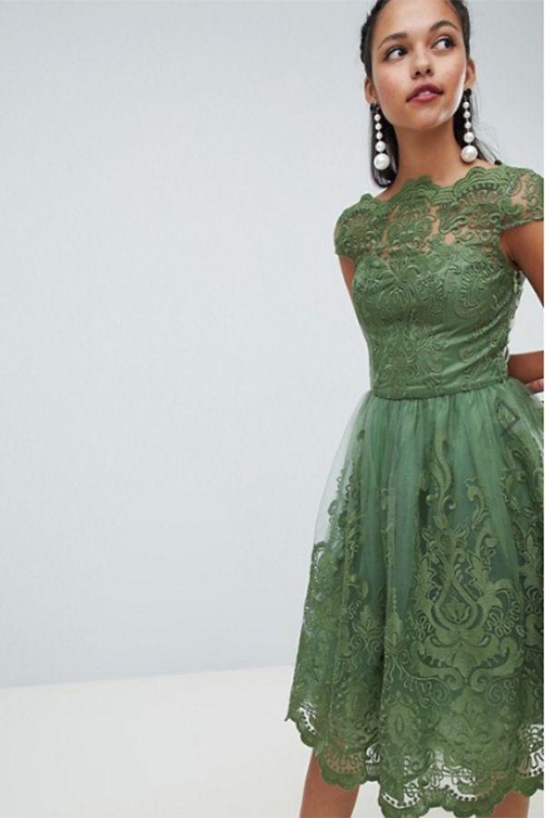 ブランドChi Chi London(チチロンドン)からパーティードレス登場 レース刺繍がお洒落で上品なミディアムドレス。 レトロクラシック なデザイン性のある一枚。